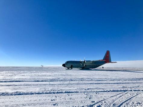 Tag 3 Flugzeug der US Air Force am Eisbohrcamp